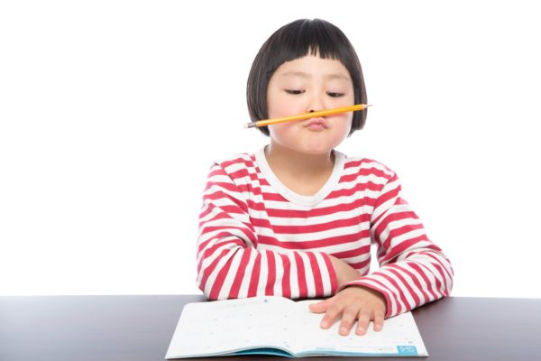 勉強する少女